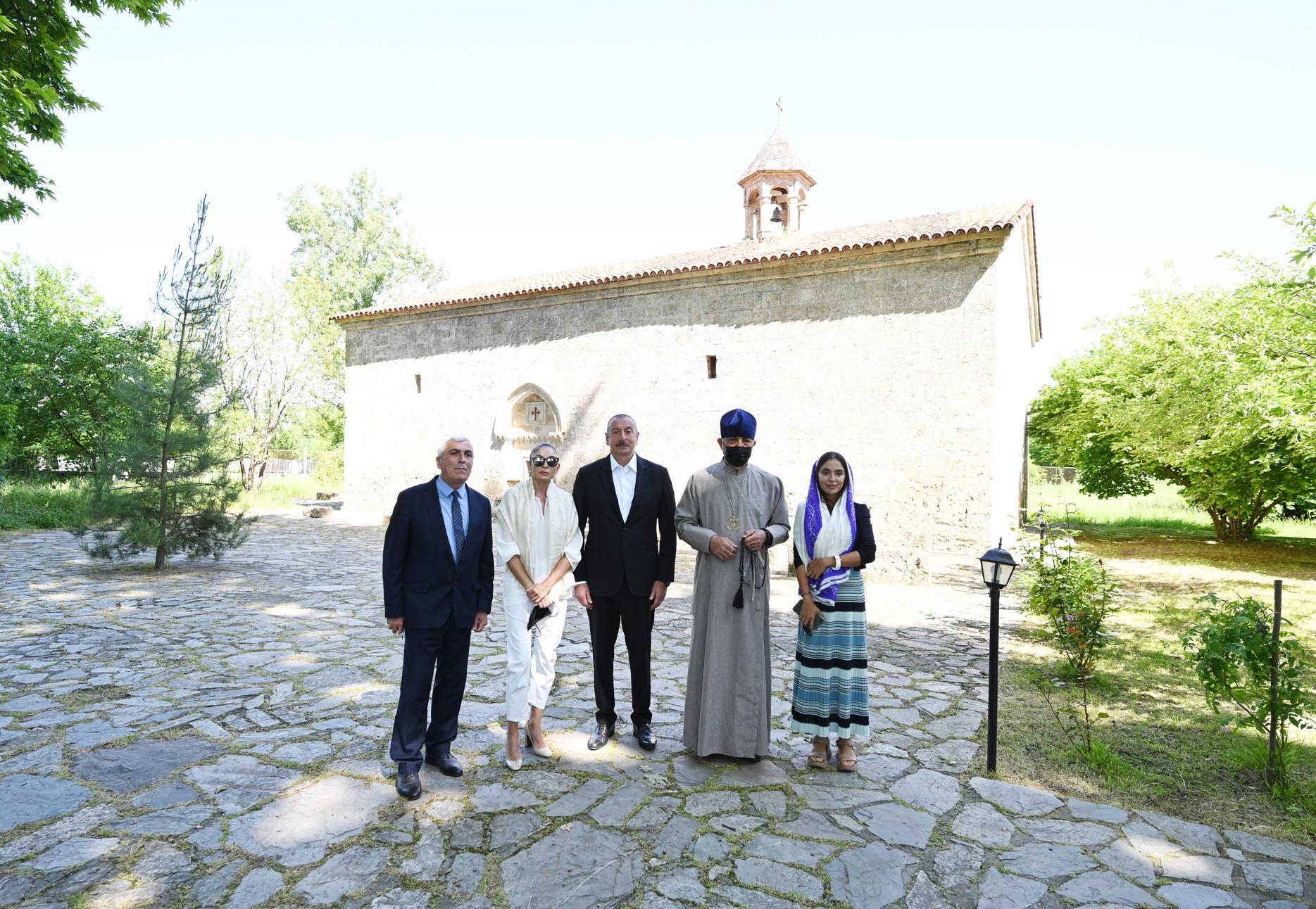 Президент Ильхам Алиев и Первая леди Мехрибан Алиева посетили среднюю школу номер 1 и церковь Cвятого Елисея «Чотари» в селе Нидж